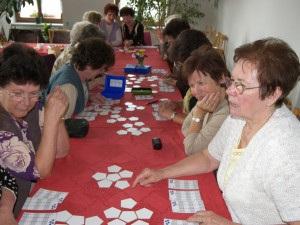 Rauener Senioren beim Spielen des Lernspiels Speedolino