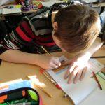 Hier sieht man einen Schüler , der an einem Memoflip arbeitet